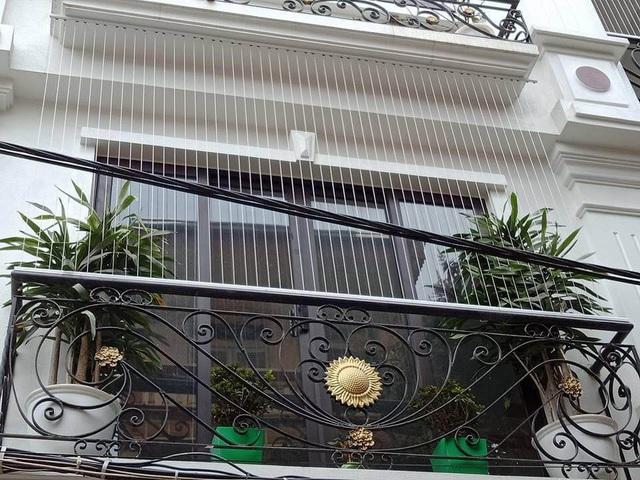 Sau vụ bé gái rơi ở chung cư: Lắp lưới ban công đến đêm vẫn chưa hết khách - 4