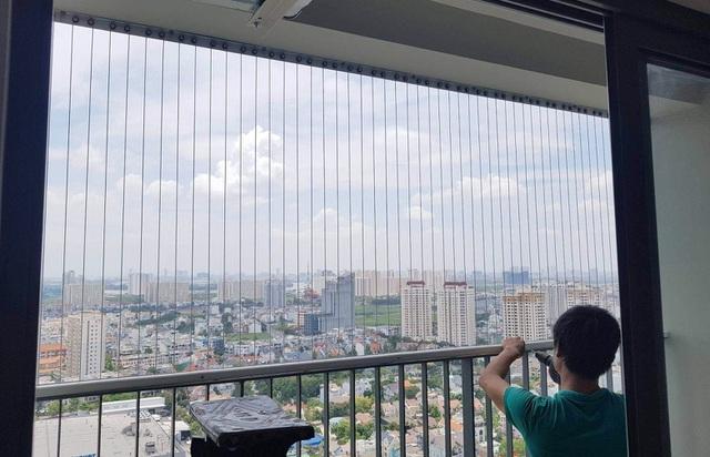 Sau vụ bé gái rơi ở chung cư: Lắp lưới ban công đến đêm vẫn chưa hết khách - 2