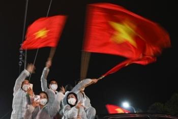 Pháo hoa rực rỡ, người dân vỡ òa cảm xúc khi TP Chí Linh được gỡ phong tỏa