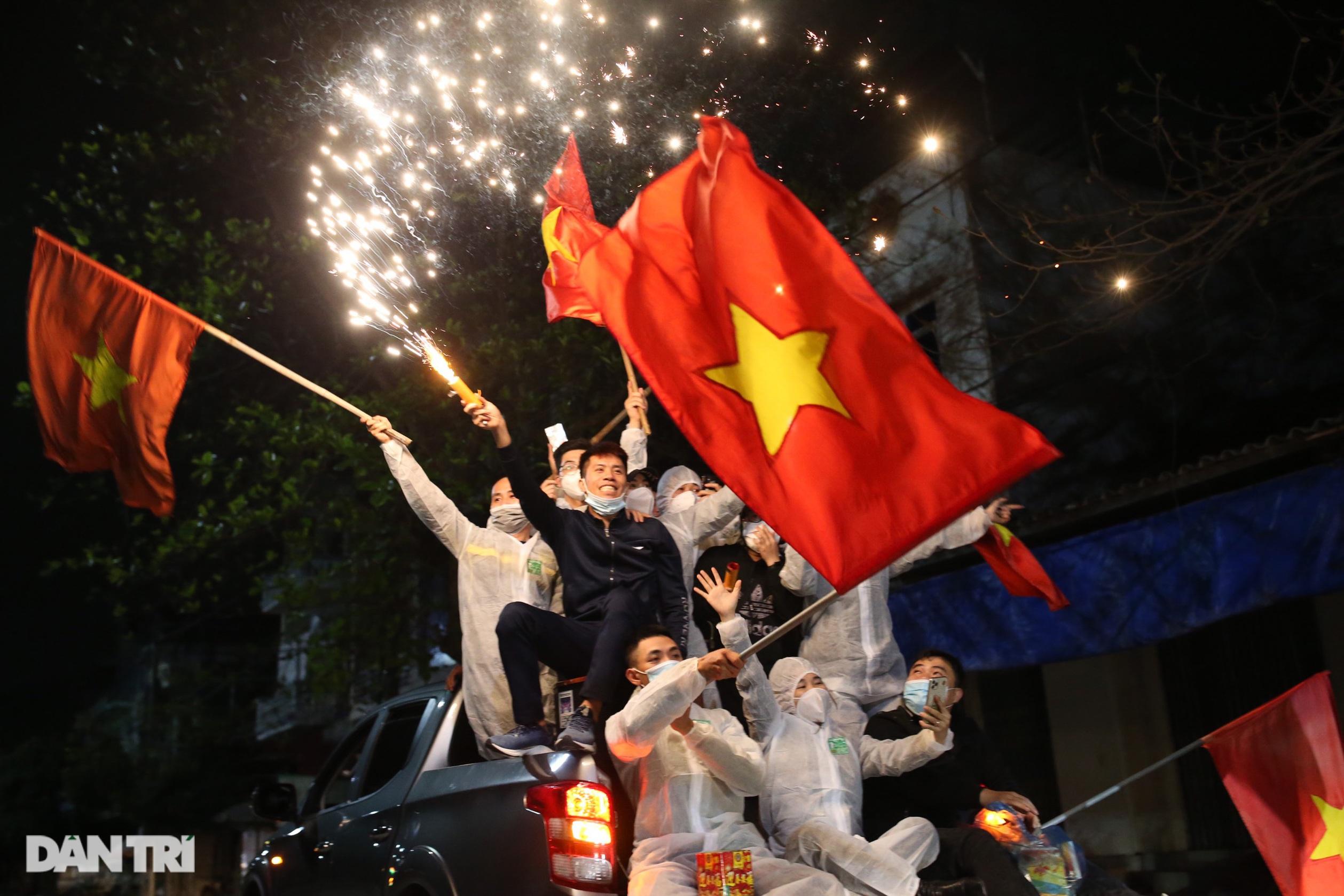 Pháo hoa rực rỡ, người dân vỡ òa cảm xúc khi TP Chí Linh được gỡ phong tỏa - 18
