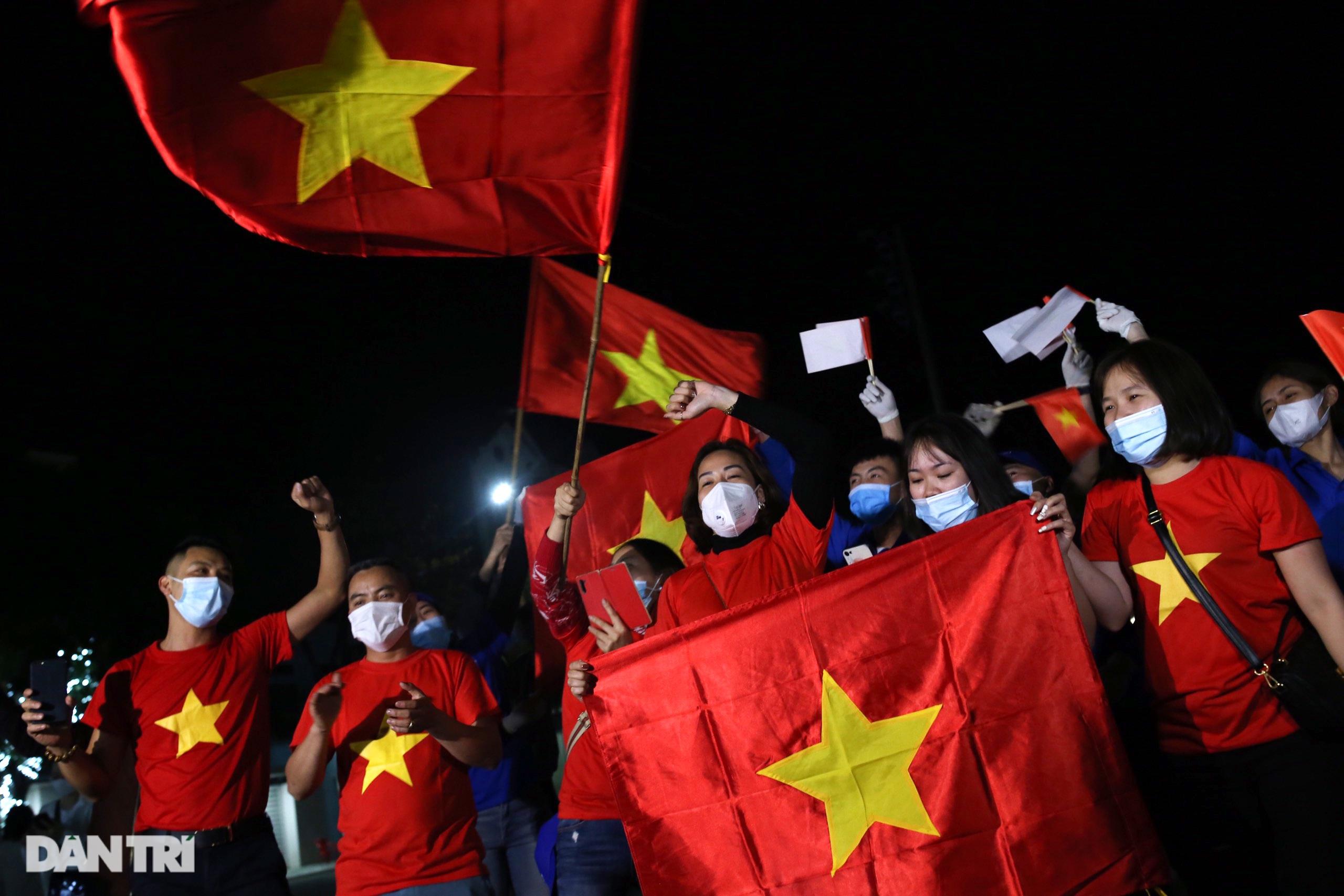 Pháo hoa rực rỡ, người dân vỡ òa cảm xúc khi TP Chí Linh được gỡ phong tỏa - 4