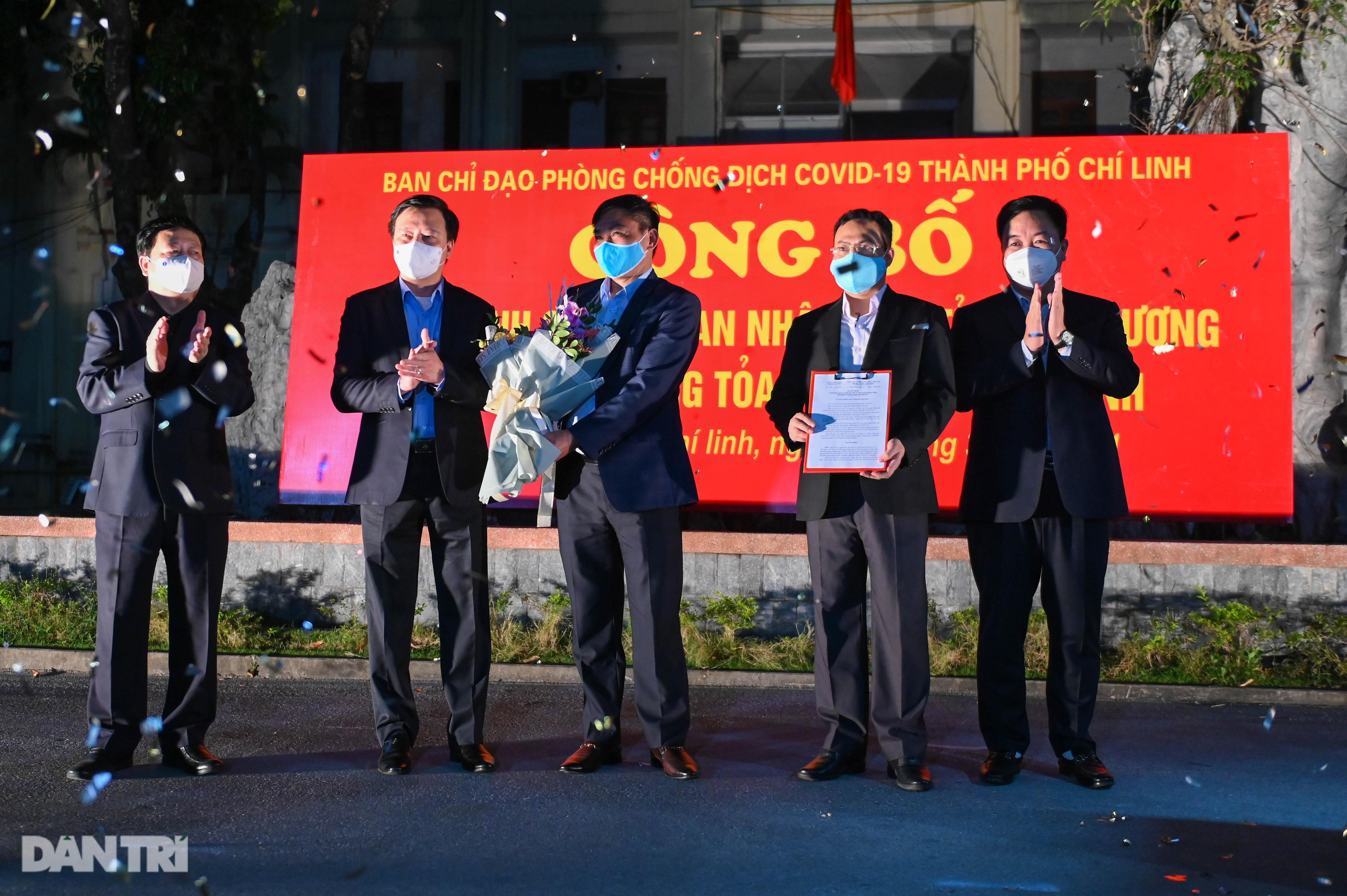 Pháo hoa rực rỡ, người dân vỡ òa cảm xúc khi TP Chí Linh được gỡ phong tỏa - 5