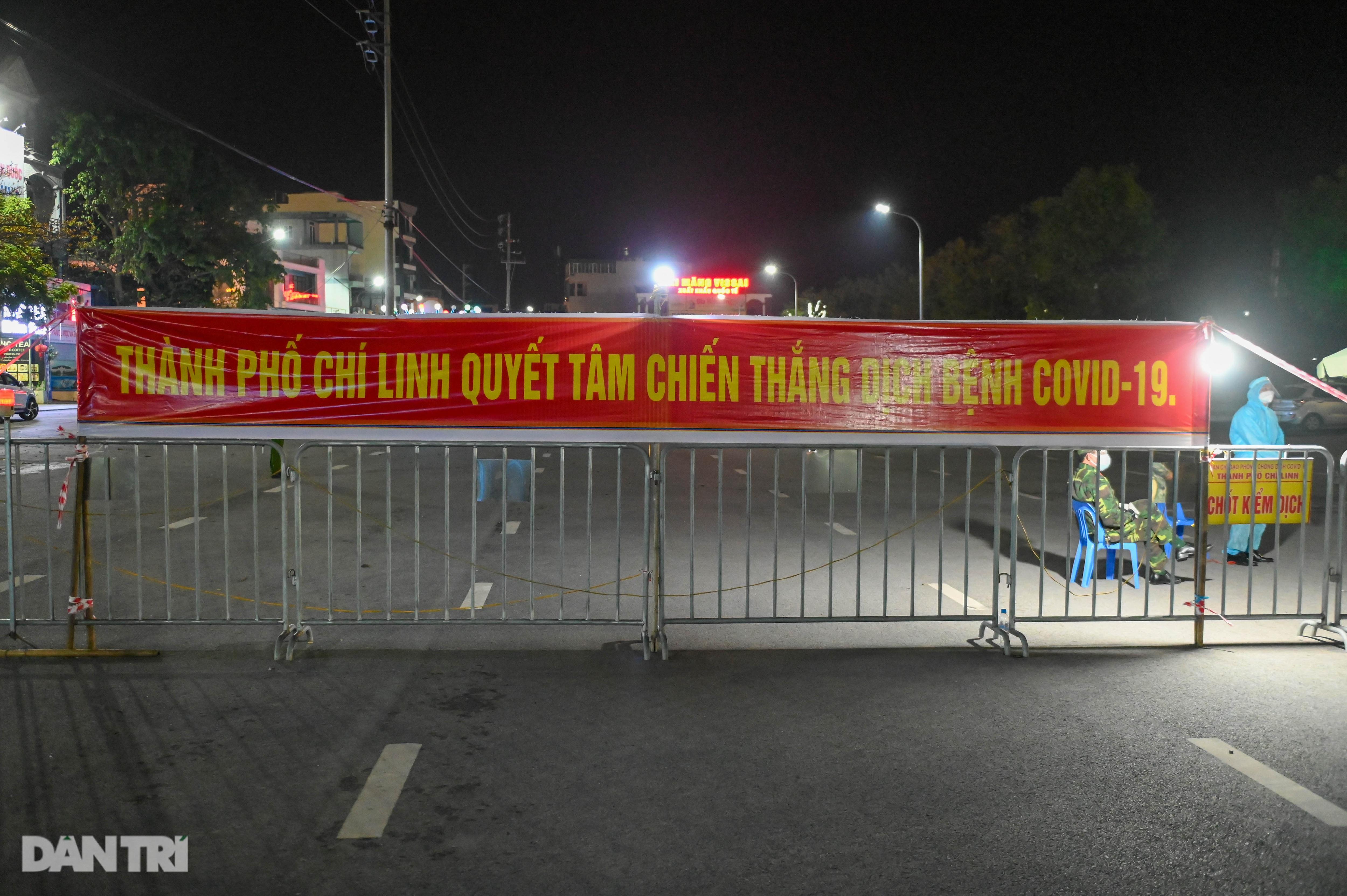 Pháo hoa rực rỡ, người dân vỡ òa cảm xúc khi TP Chí Linh được gỡ phong tỏa - 1