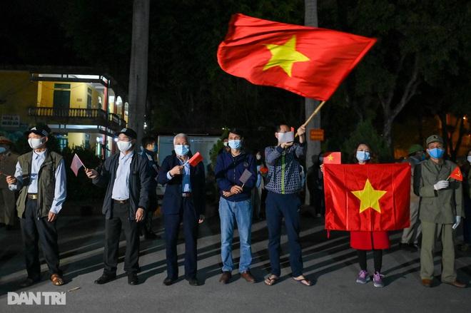 Pháo hoa rực rỡ, người dân vỡ òa cảm xúc khi TP Chí Linh được gỡ phong tỏa - 14