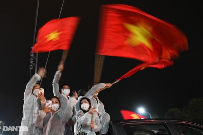 Pháo hoa rực rỡ, người dân vỡ òa cảm xúc khi TP Chí Linh được gỡ phong tỏa - 15