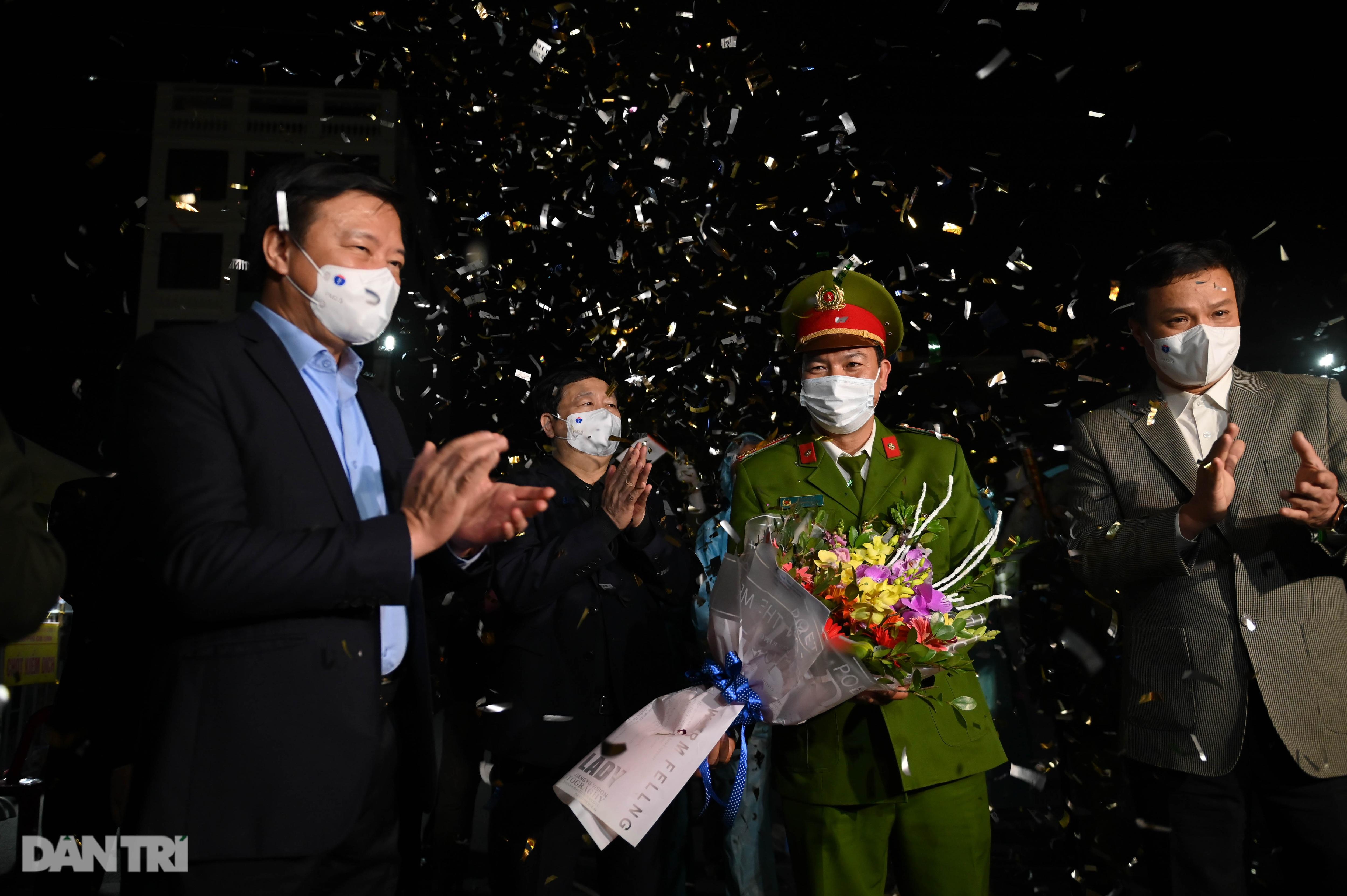 Pháo hoa rực rỡ, người dân vỡ òa cảm xúc khi TP Chí Linh được gỡ phong tỏa - 6