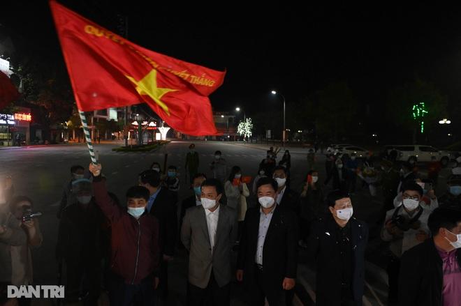 Pháo hoa rực rỡ, người dân vỡ òa cảm xúc khi TP Chí Linh được gỡ phong tỏa - 8