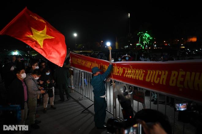 Pháo hoa rực rỡ, người dân vỡ òa cảm xúc khi TP Chí Linh được gỡ phong tỏa - 10