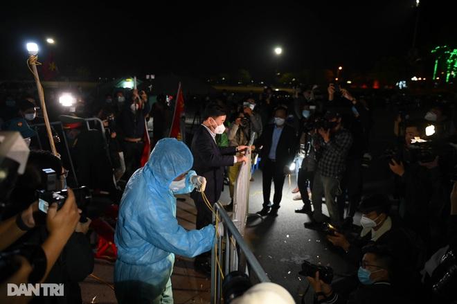 Pháo hoa rực rỡ, người dân vỡ òa cảm xúc khi TP Chí Linh được gỡ phong tỏa - 7