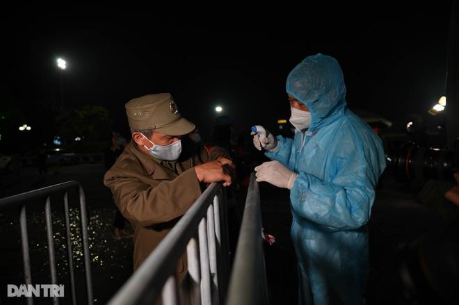 Pháo hoa rực rỡ, người dân vỡ òa cảm xúc khi TP Chí Linh được gỡ phong tỏa - 11