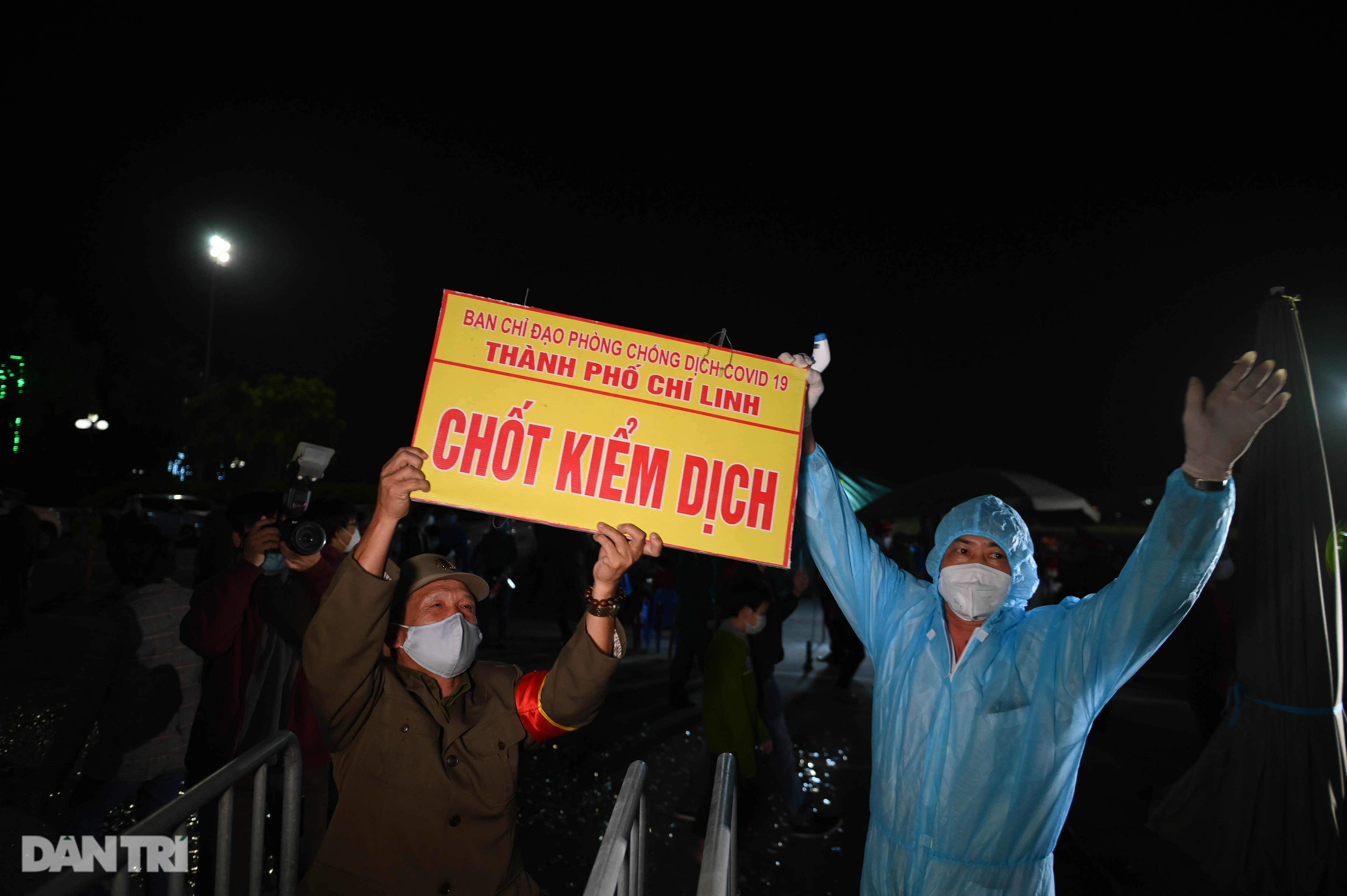 Pháo hoa rực rỡ, người dân vỡ òa cảm xúc khi TP Chí Linh được gỡ phong tỏa - 9