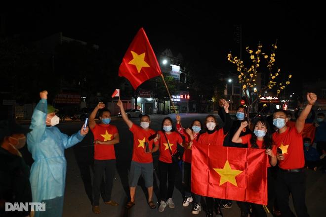 Pháo hoa rực rỡ, người dân vỡ òa cảm xúc khi TP Chí Linh được gỡ phong tỏa - 12