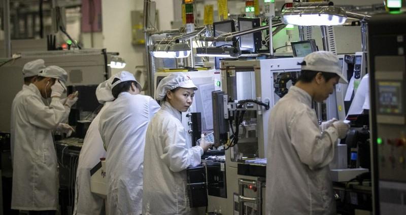 Công nhân tại một nhà máy của Huawei ở Quảng Đông (Trung Quốc) hồi tháng 12-2019. Ảnh: REUTERS