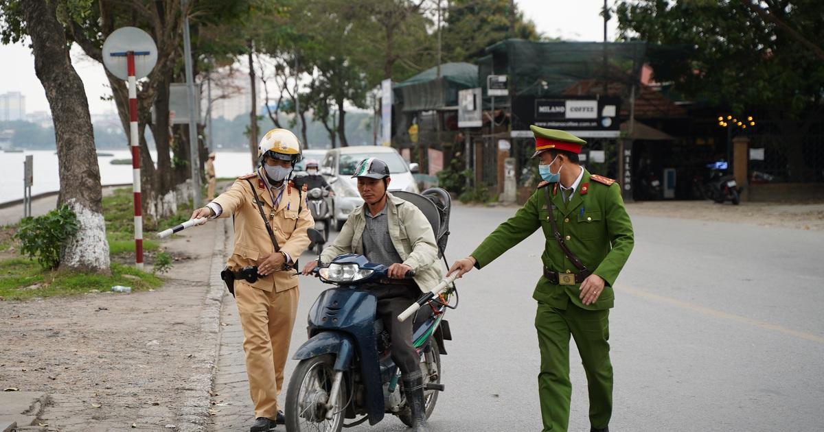 """Theo chân CSGT bắt hàng loạt """"ma men"""" chạy xe gắn máy trên đường phố Hà Nội"""