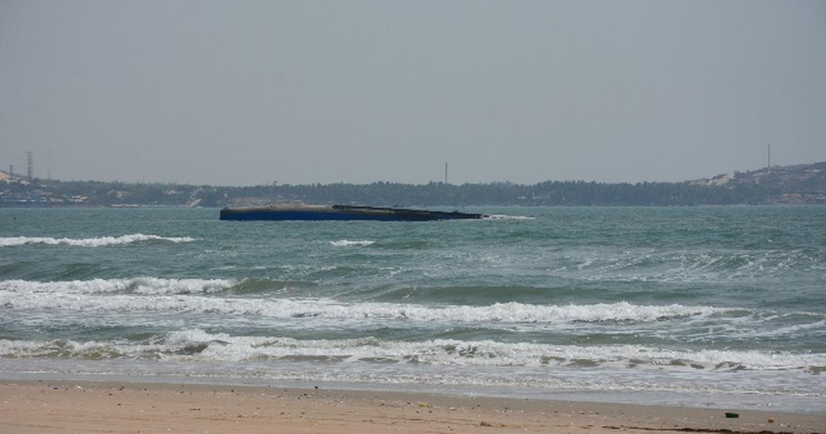 Ngăn nguy cơ dầu từ tàu chìm tấp vào bãi biển Mũi Né