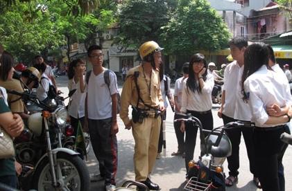 Xử lý nghiêm thanh thiếu niên vi phạm an toàn giao thông