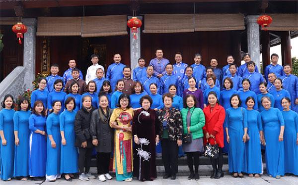 Doanh nhân Trương Tú Phương chụp ảnh cùng các cán bộ nhân viên Công ty.