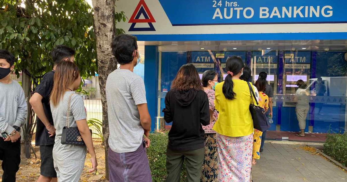 """Doanh nghiệp tại Myanmar """"kêu trời"""" vì ngân hàng đóng cửa"""
