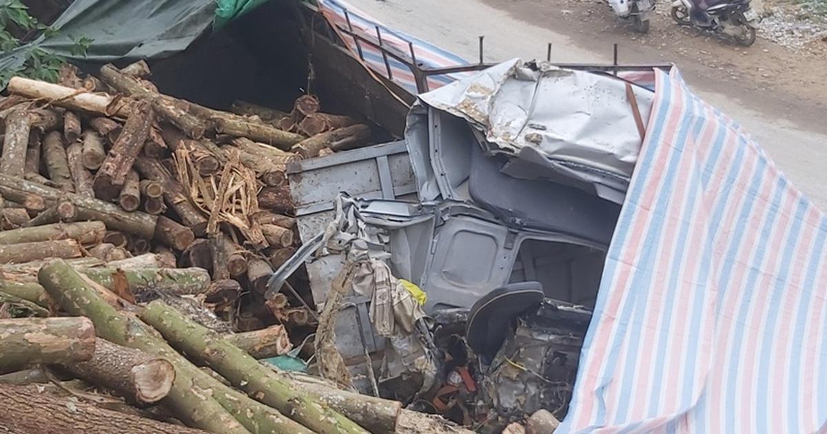 Tai nạn 7 người chết: Xe lao thẳng vào vách núi, cabin nát bét