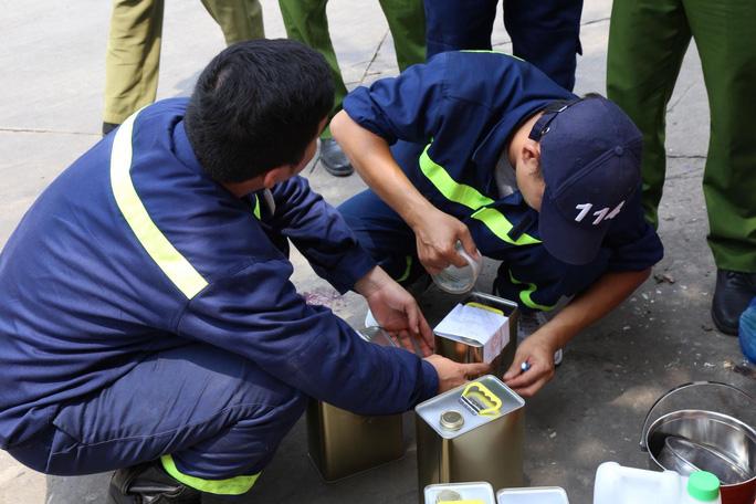 """Vụ án """"Buôn lậu, sản xuất 200 triệu lít xăng giả"""": Khám xét cửa hàng xăng tại TP Hồ Chí Minh"""