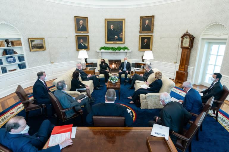 Tổng thống Joe Biden và Phó Tổng thống Kamala Harris gặp gỡ các thượng nghị sĩ Đảng Dân chủ vào ngày 3 tháng 2 tại Phòng Bầu dục.