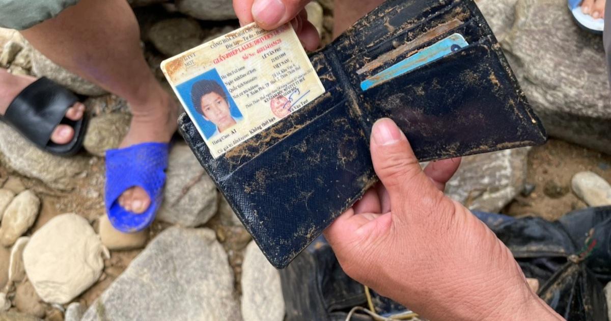 Tìm thấy ví tiền, quần áo, xe máy của các nạn nhân mất tích ở Rào Trăng