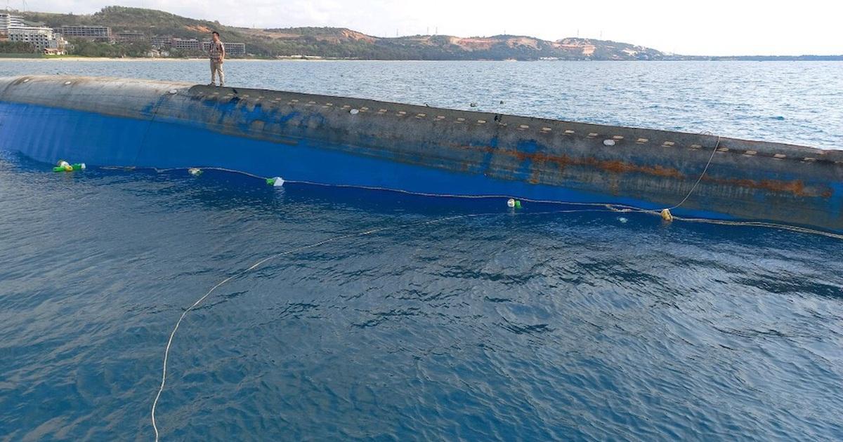 Cần 20 ngày trục vớt tàu 2.500 tấn chìm ở biển Mũi Né