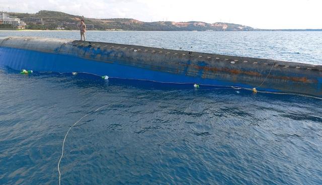 Cần 20 ngày trục vớt tàu 2.500 tấn chìm ở biển Mũi Né - 1