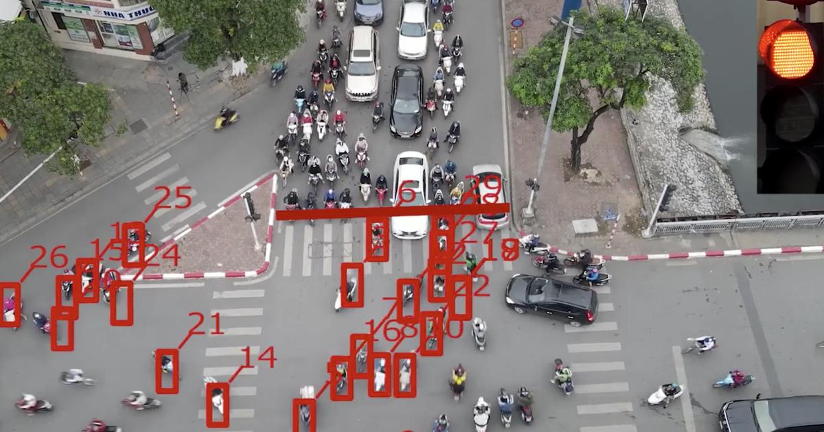 87 xe gắn máy, ôtô vượt đèn đỏ trong chưa đầy 2 phút tại một ngã tư Hà Nội