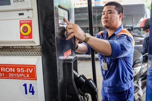 Giá xăng dầu tăng liên tiếp tác động tới thị trường ra sao?