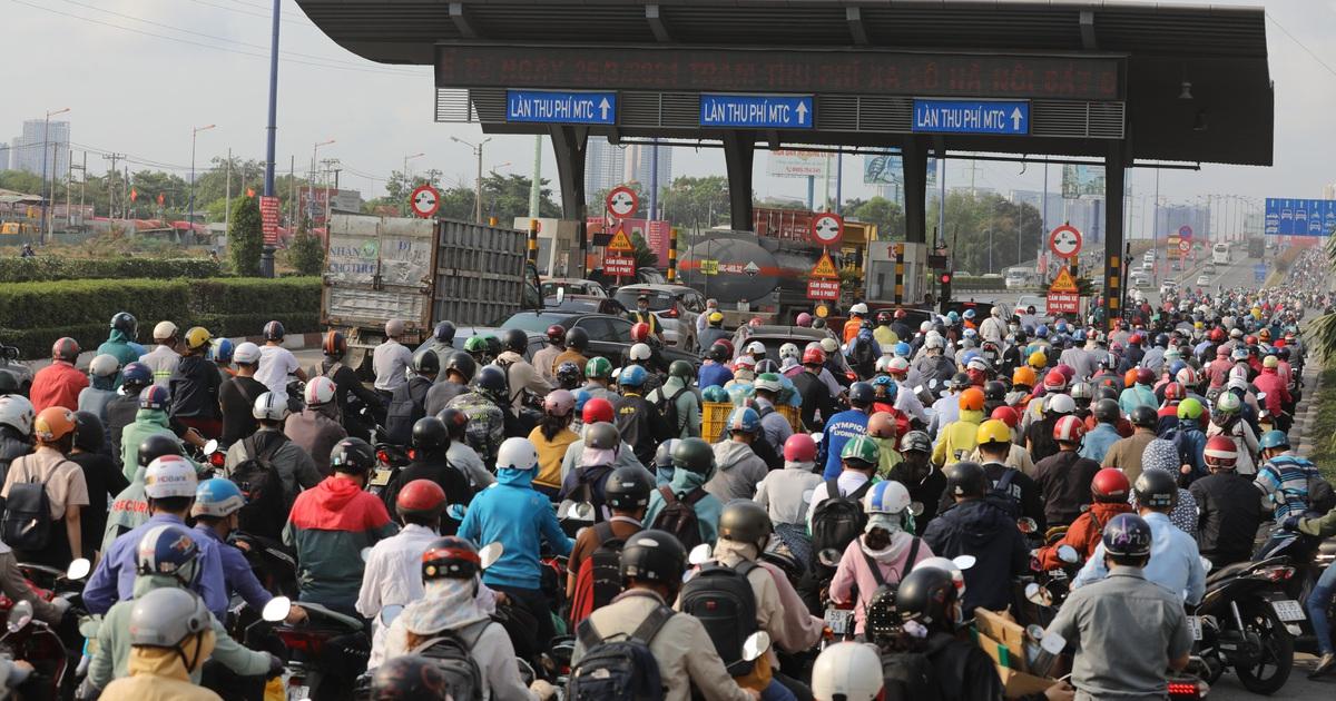 Xả trạm liên tục, giao thông vẫn tắc cứng tại trạm BOT xa lộ Hà Nội