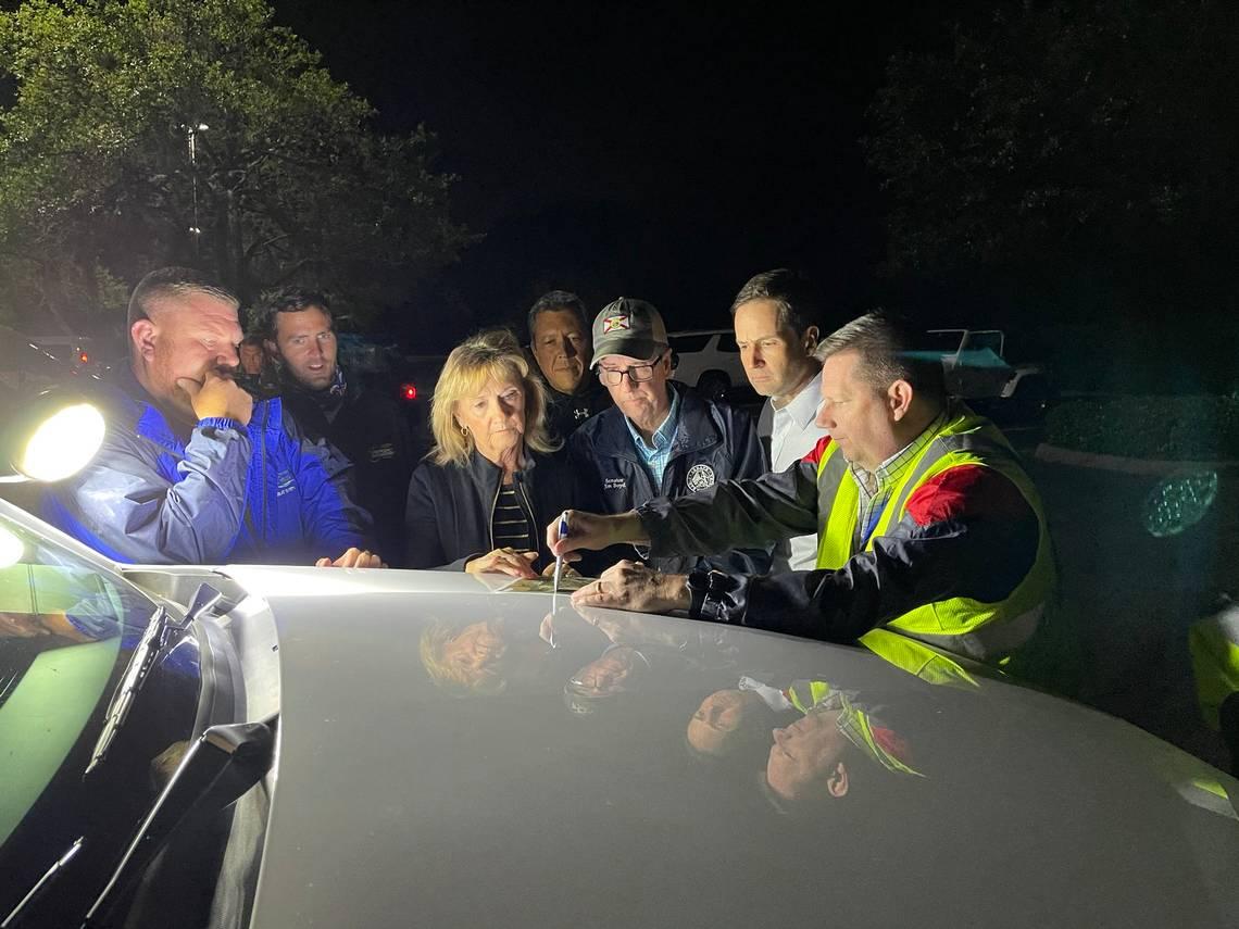 Giám đốc Công trình Công cộng Chad Butzow thông báo cho các quan chức địa phương trước cuộc họp báo lúc 9 giờ tối về tình hình tại Piney Point.
