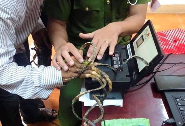Đánh vật 25 phút không lấy nổi vân tay người có bộ móng dài nhất Việt Nam - 1