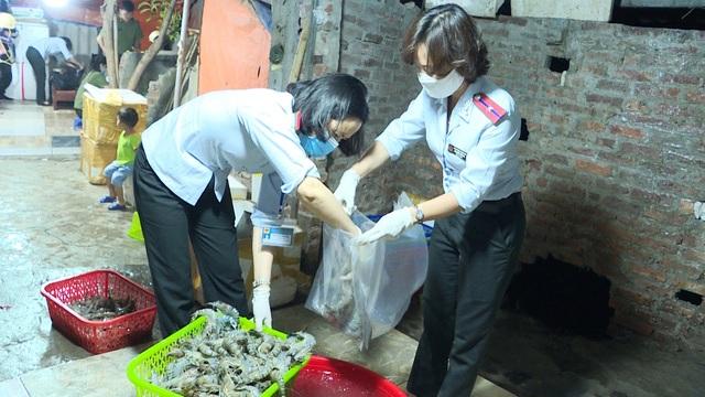Hà Nội: Phát hiện cơ sở bơm tạp chất vào tôm tại quận Hoàng Mai
