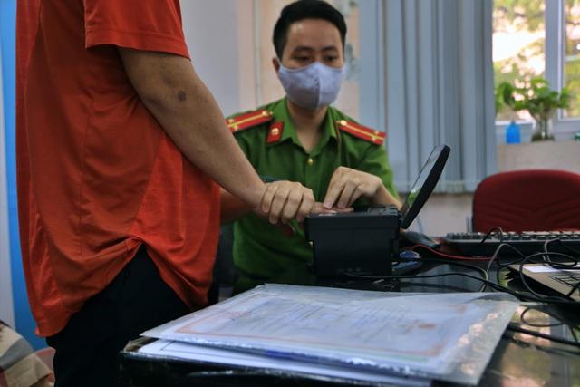 Theo chân người vô hình đi làm căn cước công dân ở Hà Nội - 5