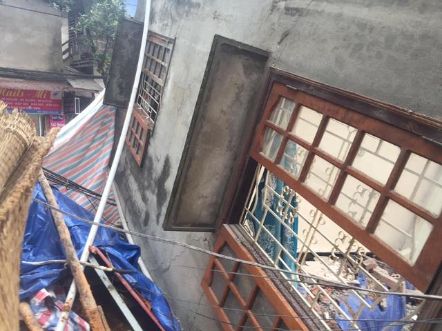 Cả ngôi nhà 2 tầng đổ nghiêng như một... khối xếp hình - 1