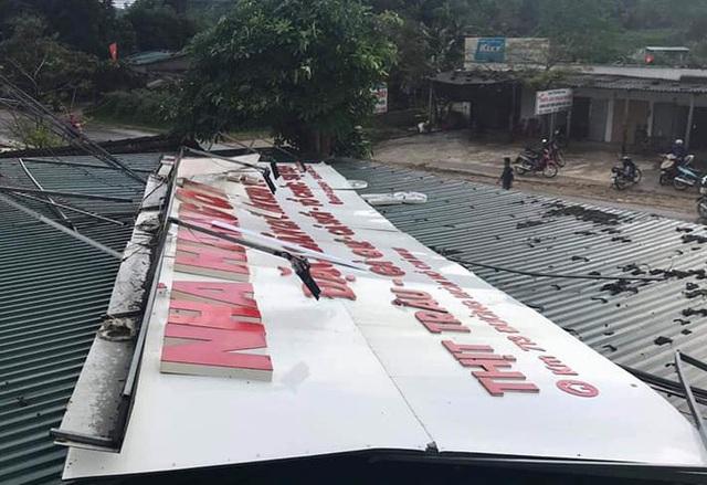 Một nhà văn hóa xóm bị lốc thổi bay mái. Theo thống kê chưa đầy đủ, thiệt hại kinh tế trên địa bàn huyện Anh Sơn do lốc xoáy gây ra lên đến hàng tỷ đồng.
