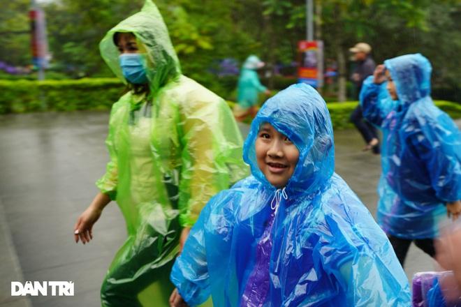 Hàng nghìn du khách đội mưa đi lễ đền Hùng dù chưa tới ngày khai hội - 5