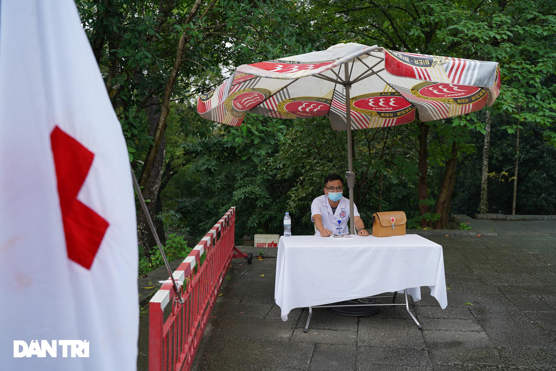Hàng nghìn du khách đội mưa đi lễ đền Hùng dù chưa tới ngày khai hội - 10