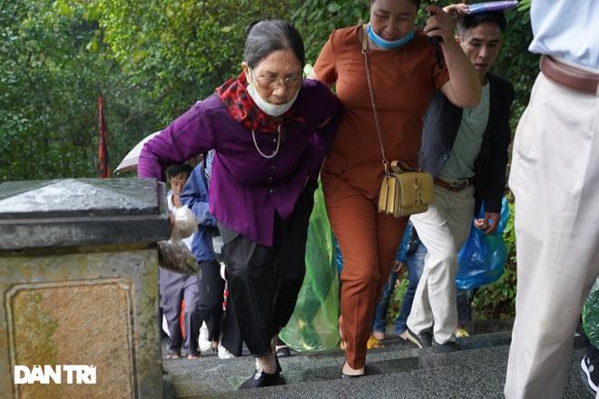 Hàng nghìn du khách đội mưa đi lễ đền Hùng dù chưa tới ngày khai hội - 6