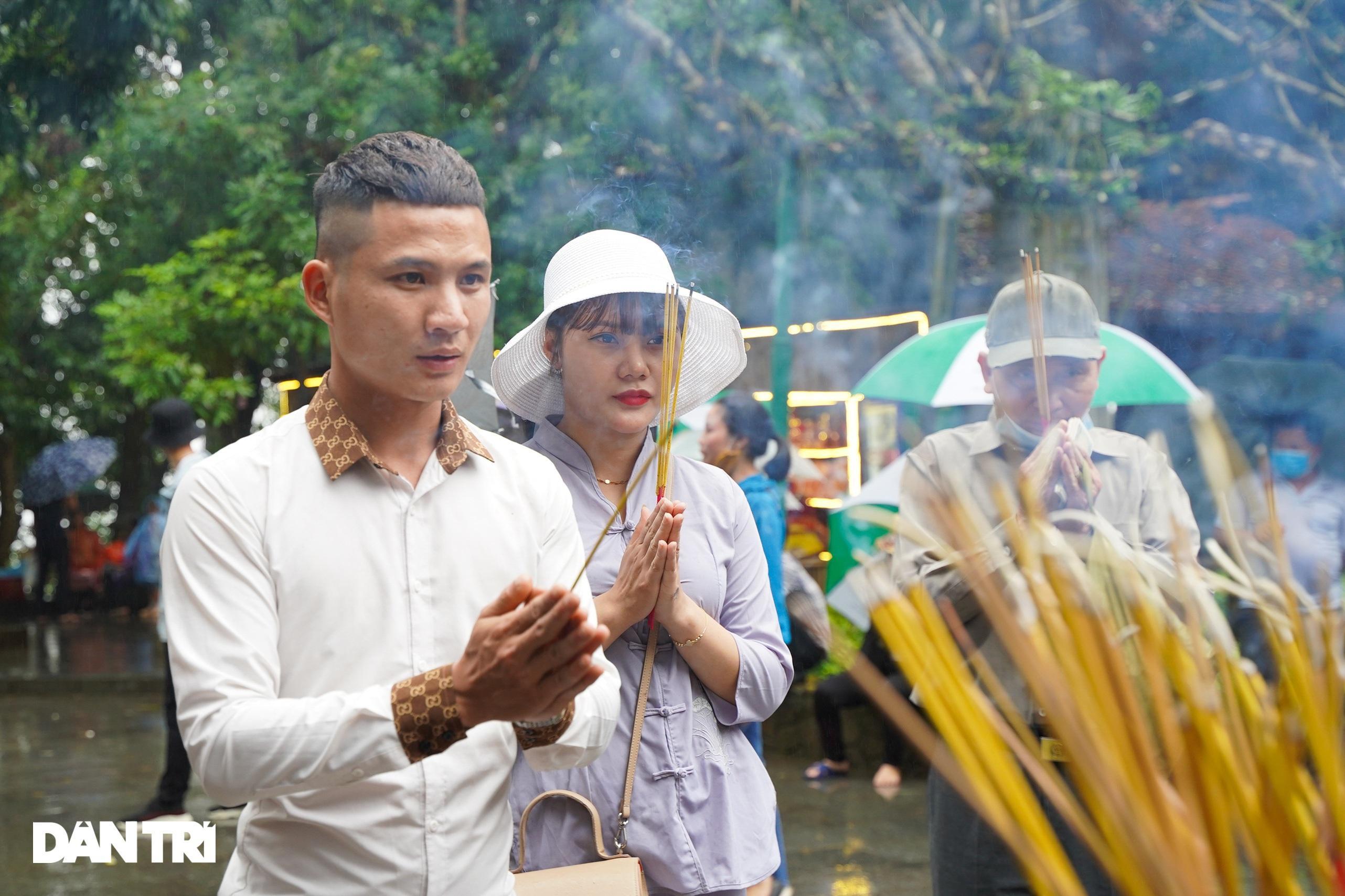 Hàng nghìn du khách đội mưa đi lễ đền Hùng dù chưa tới ngày khai hội - 2