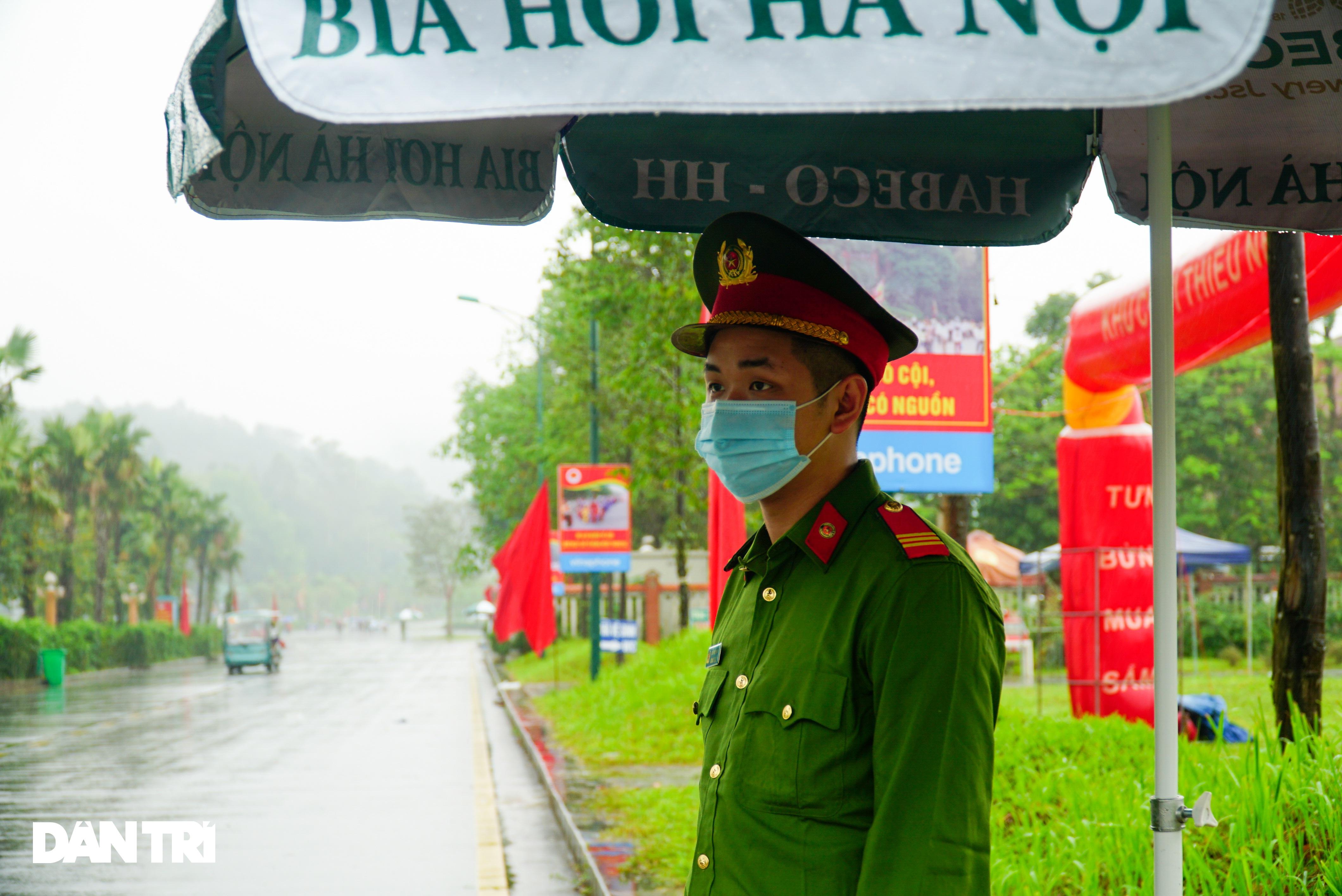 Hàng nghìn du khách đội mưa đi lễ đền Hùng dù chưa tới ngày khai hội - 12
