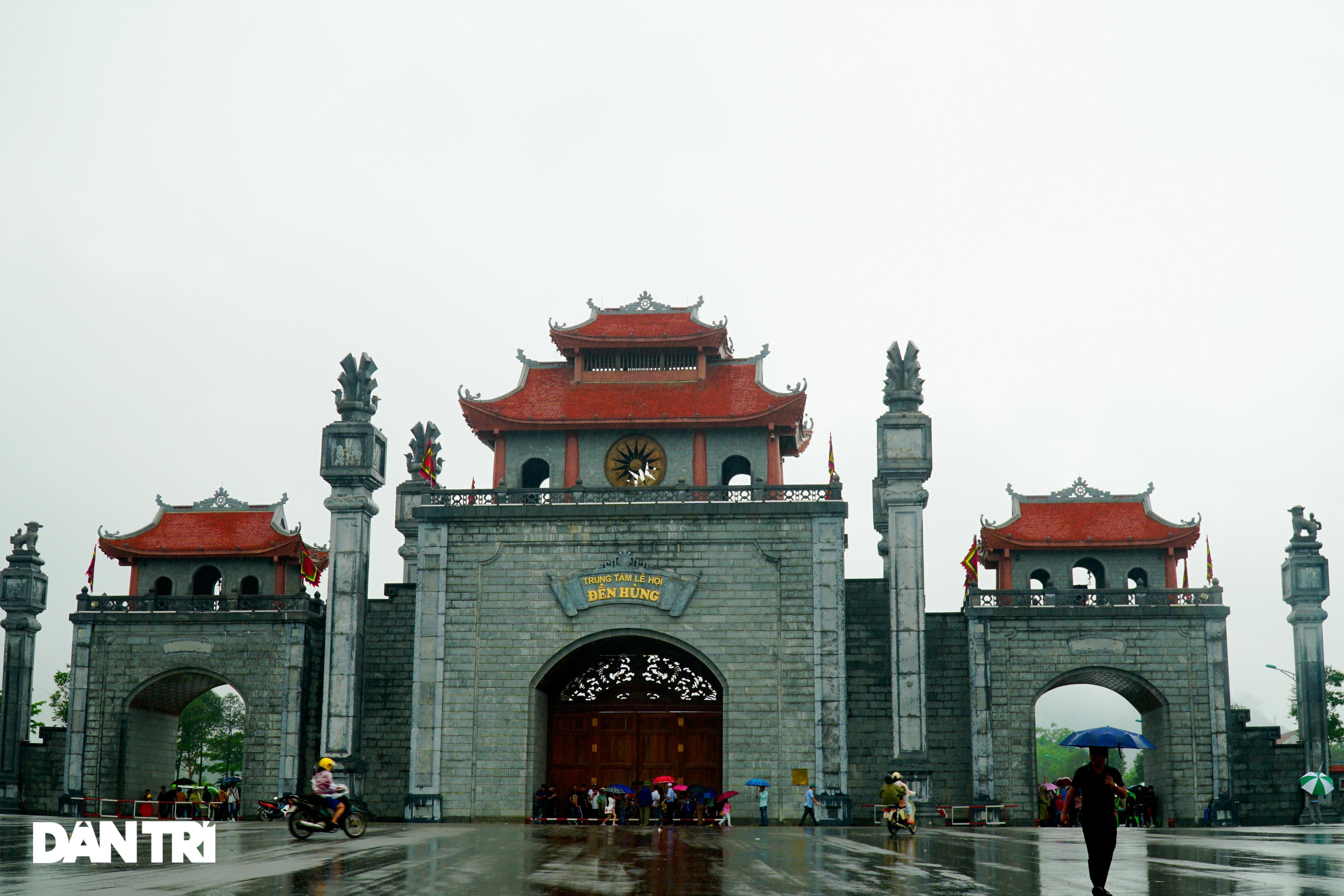 Hàng nghìn du khách đội mưa đi lễ đền Hùng dù chưa tới ngày khai hội - 1