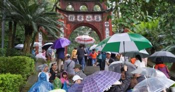 """Hàng nghìn du khách """"đội mưa"""" đi lễ đền Hùng dù chưa tới ngày khai hội"""