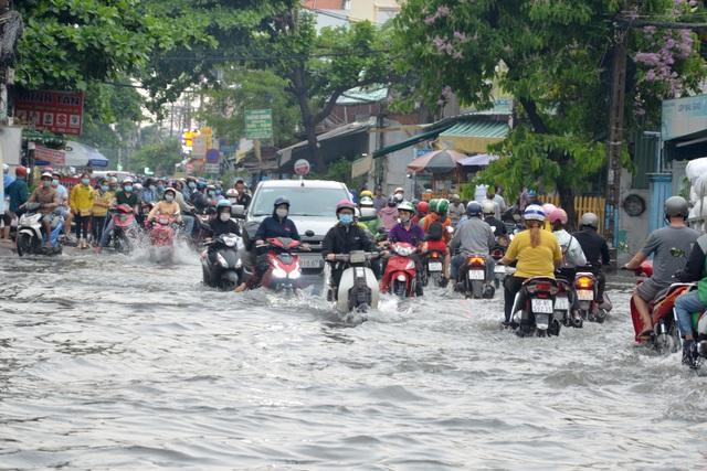 TPHCM sắp đón nhiều đợt mưa lớn, người dân cẩn thận khi ra đường - 1