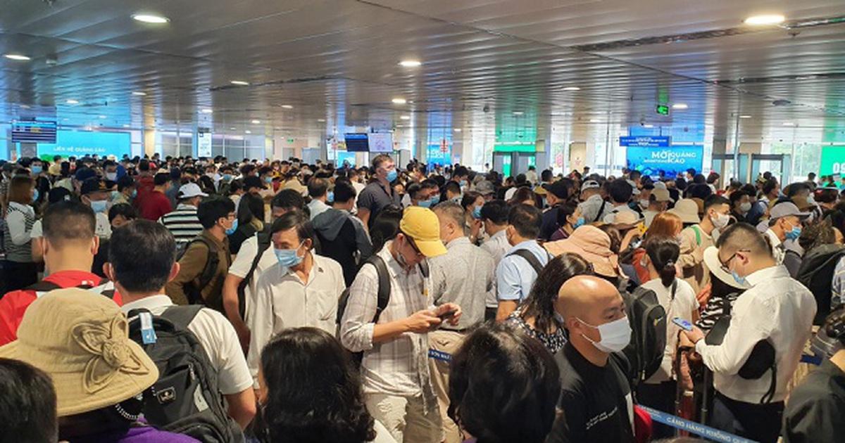 """Bộ Giao thông họp khẩn giữa trưa vì Tân Sơn Nhất """"tắc không lối thoát"""""""