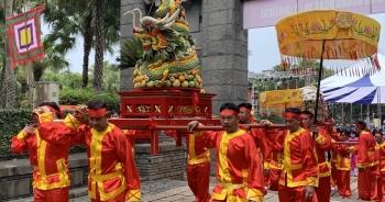 Rước kiệu mang lễ vật dâng lên các Vua Hùng