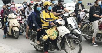 Dịch vụ xe ôm đắt khách khi dòng người ùn ùn trở lại Thủ đô