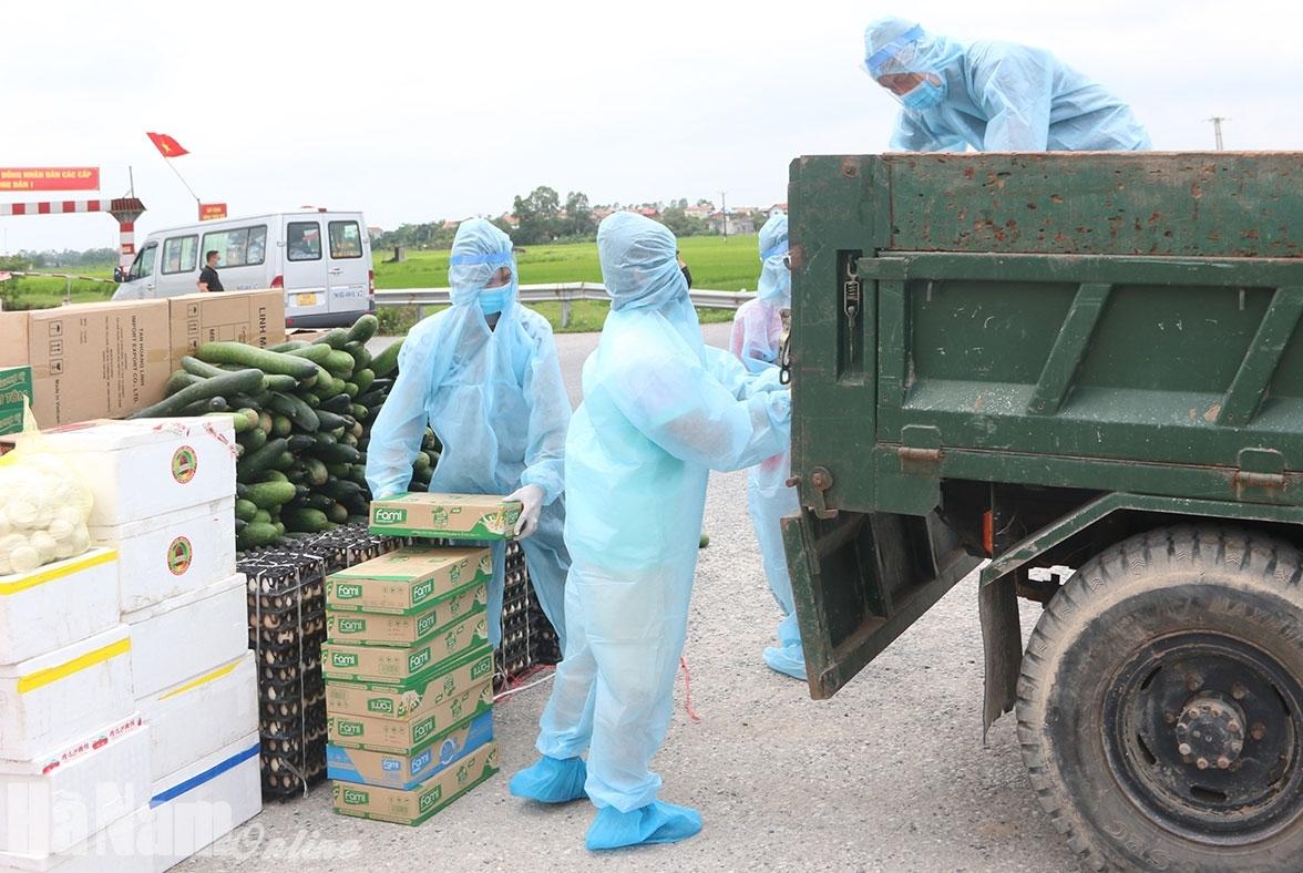 Hà Nam: Lập 27 điểm phát nhu yếu phẩm cho người dân trong khu cách ly tại huyện Lý Nhân