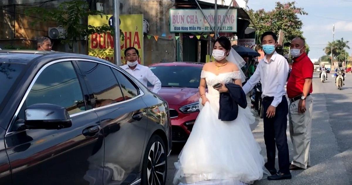"""Lo ngại cách ly, đoàn rước dâu """"quay xe"""" khi gần tới nhà trai ở Thuận Thành"""